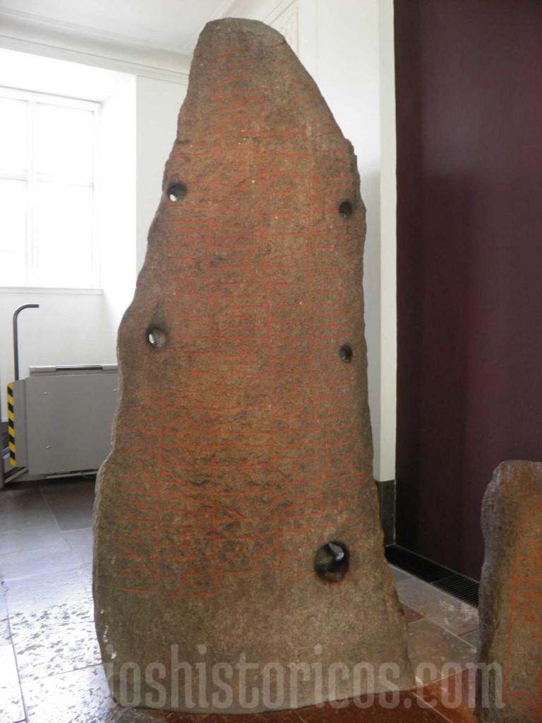 Inscripciones rúnicas en una piedra en el Nationaltmuseet de Copenhage.