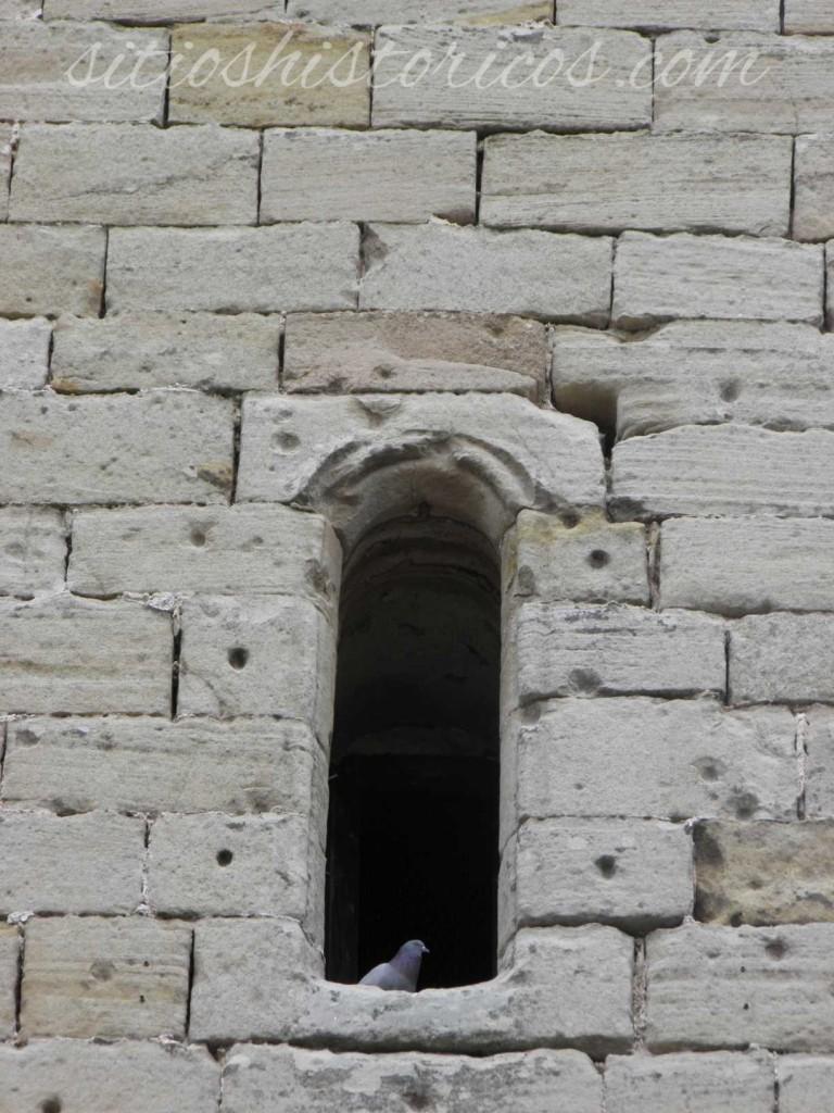 Impactos aún visibles en la fachada principal.