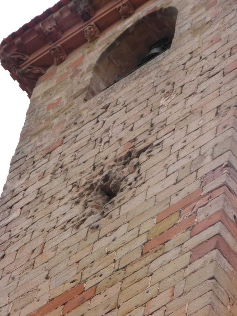 Impactos visibles alrededor de las troneras en la Torre del Gallo.