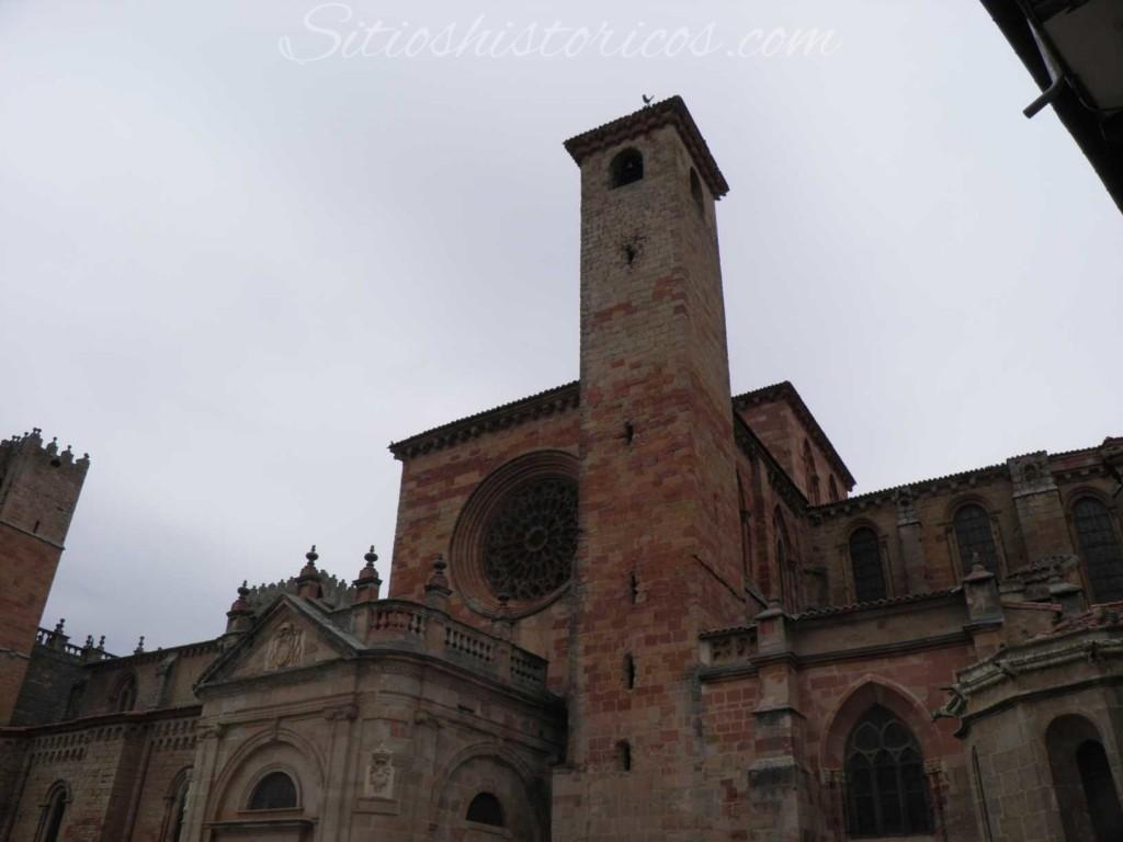 Puerta del Mercado y Torre del Gallo en la actualidad.