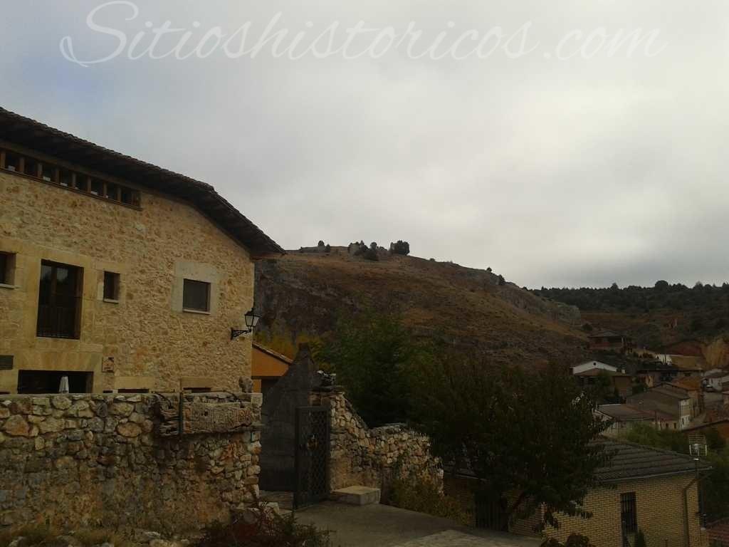 El castillo visto desde el pueblo de Ucero.