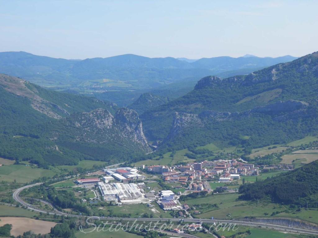 Irurtzun y el paso de Dos Hermanas visto desde el monte Gaztelu.