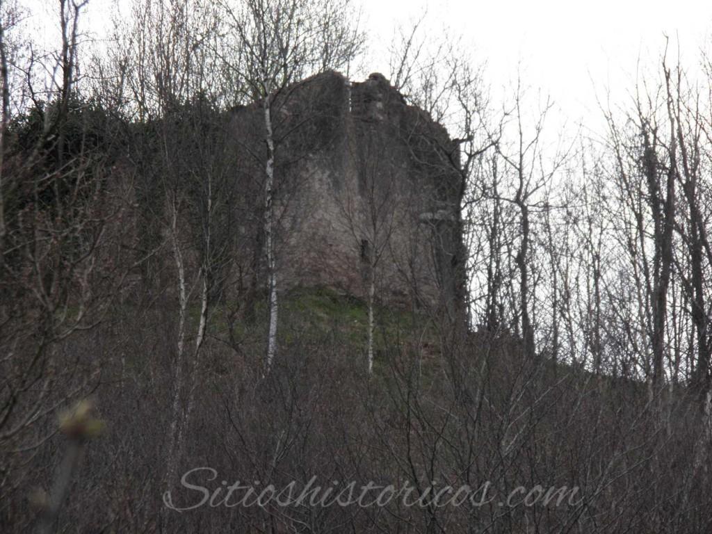 Restos de la ermita de Santa Cruz de Elduaien.