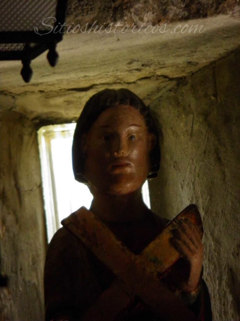 Talla de San Andrés en el interior de la ermita.