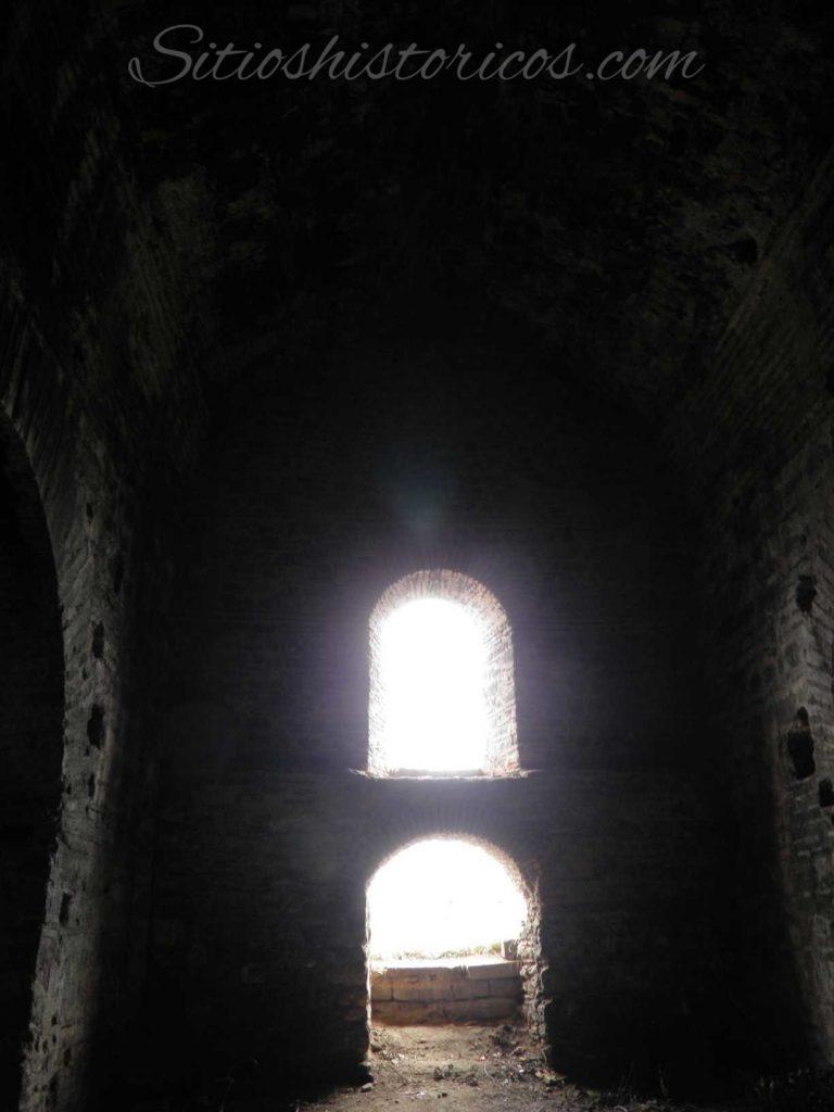 La luz apenas penetra en el interior de las galerías de las murallas.