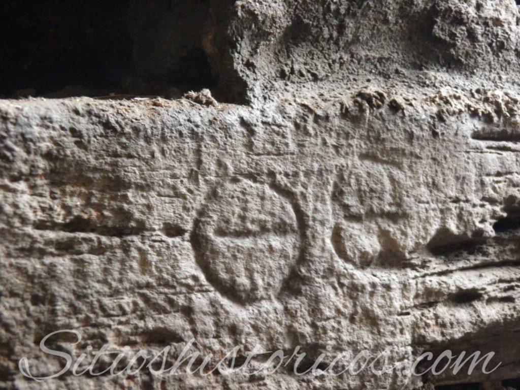 Simbolos tallados en las piedras en el interior de la muralla.