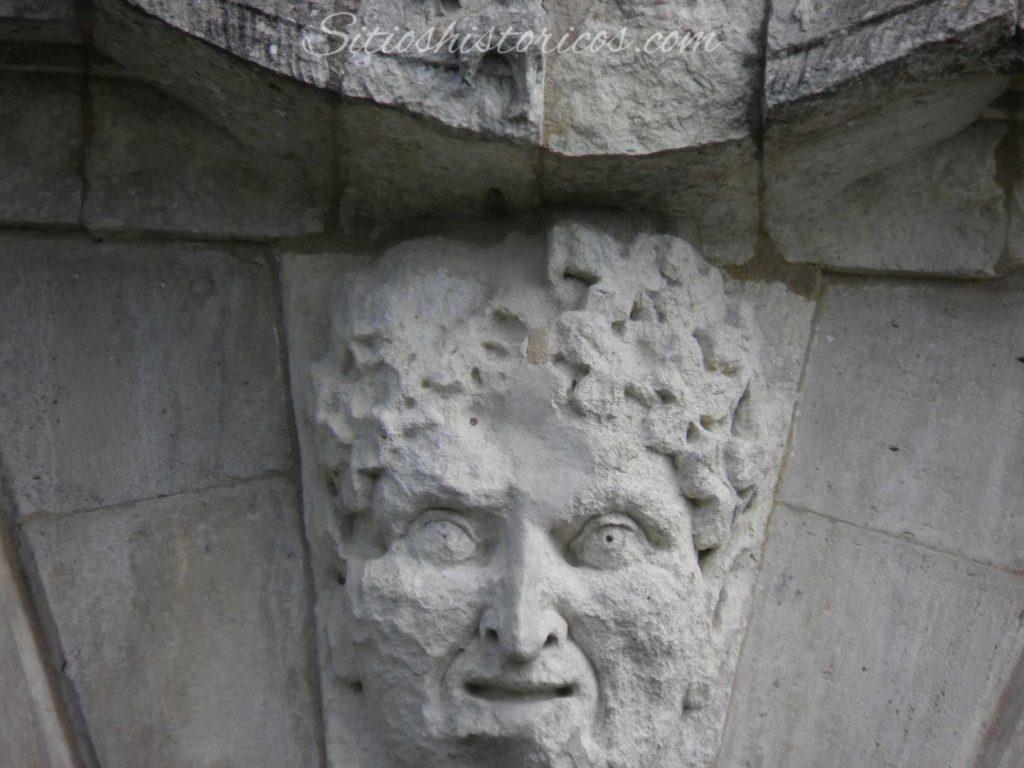 Máscara del frontón del castillo de Bidache