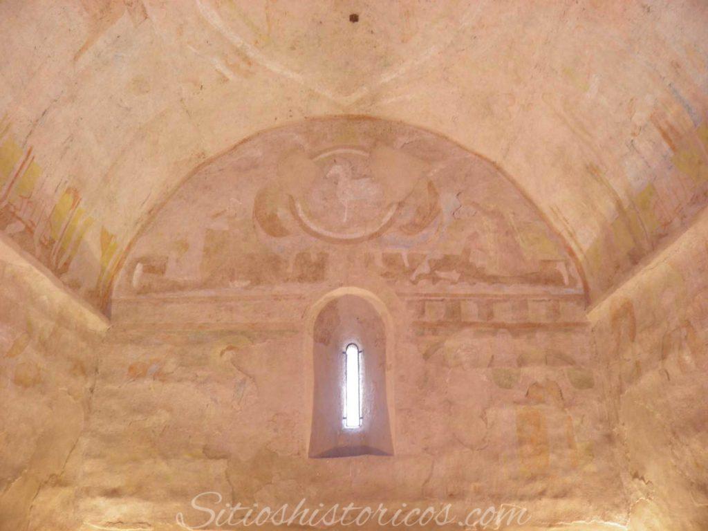 Restos de los frescos en el muro del abside.