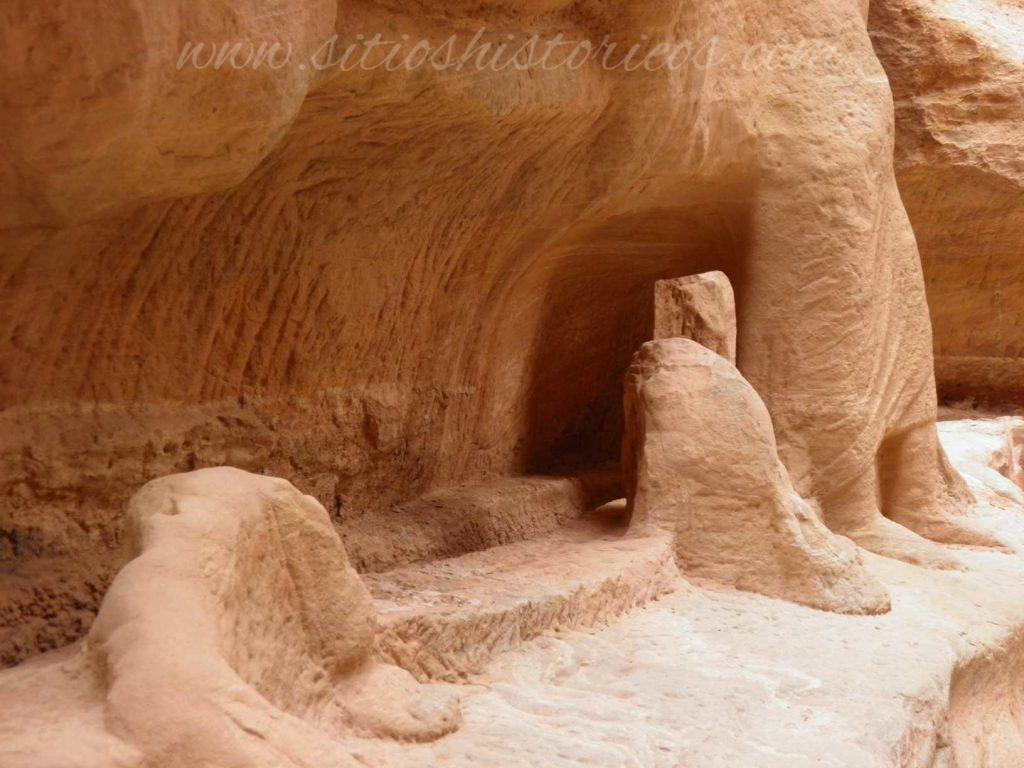 Restos dromedarios y comerciangtes en el Siq de Petra