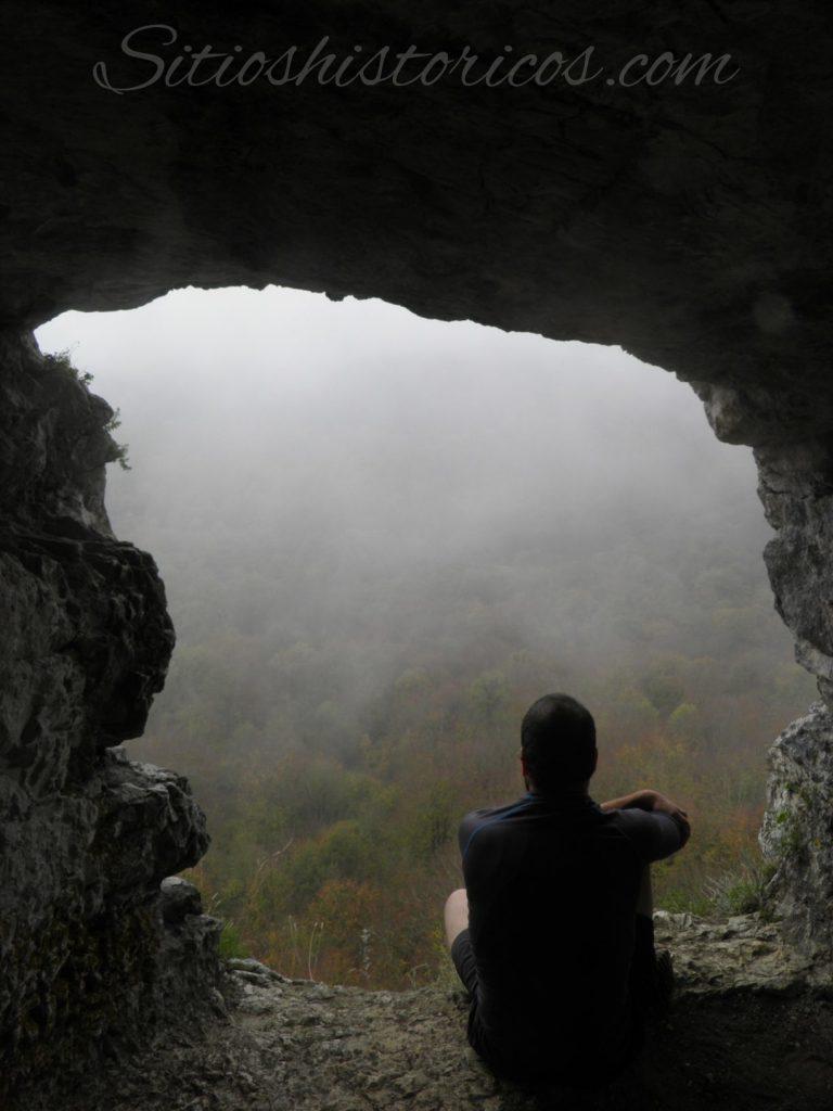 Ventana excavada en la roca