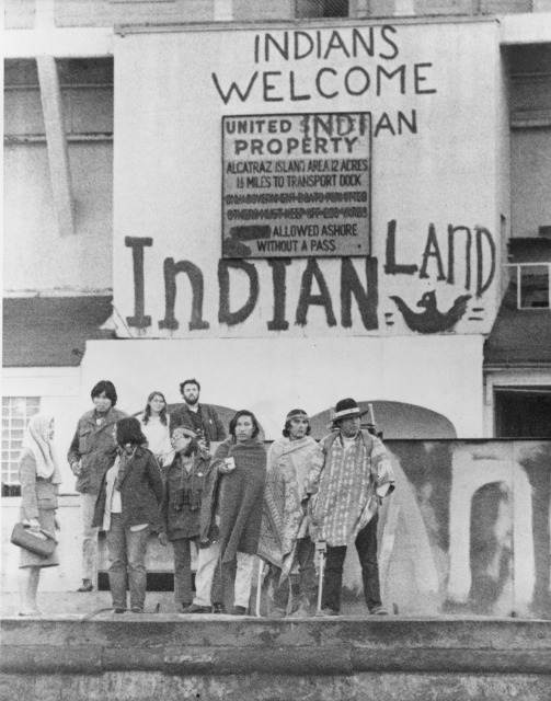 Miembros del grupo Indians of All Tribes group, ocupando la prisión de Alcatraz en 1969