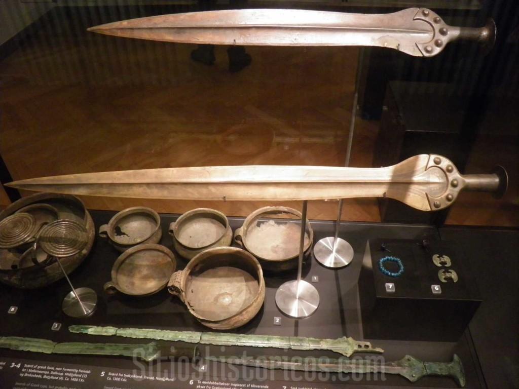 Armas y objetos vikingos expuestos en el Nationaltmuseet de Copenhague.