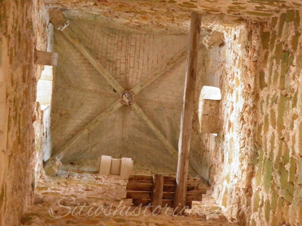 Interior de la torre. Se observan rastros de pintura en la parte final, con cuatro ménsulas (¿representación de los cuatro evangelistas?)