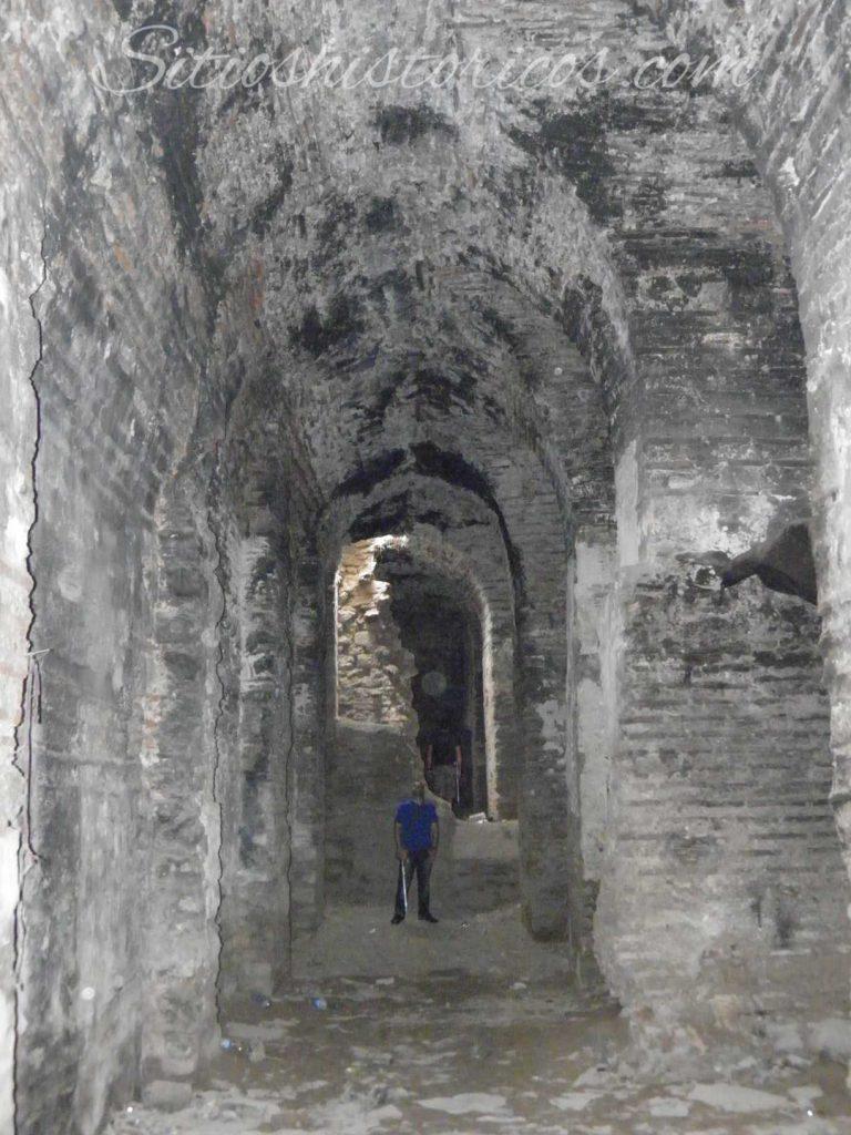En el interior de las murallas marítimas.
