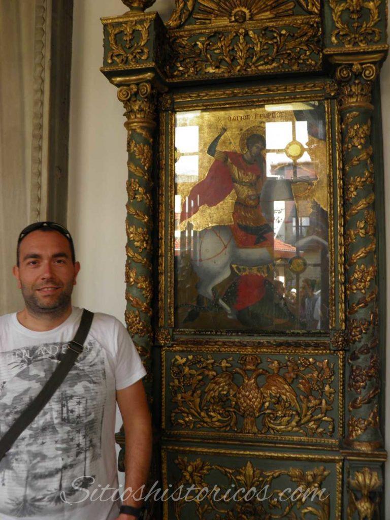 Posando junto a una imagen de San Jorge en la catedral ortodoxa dedicada a este en Estambul.