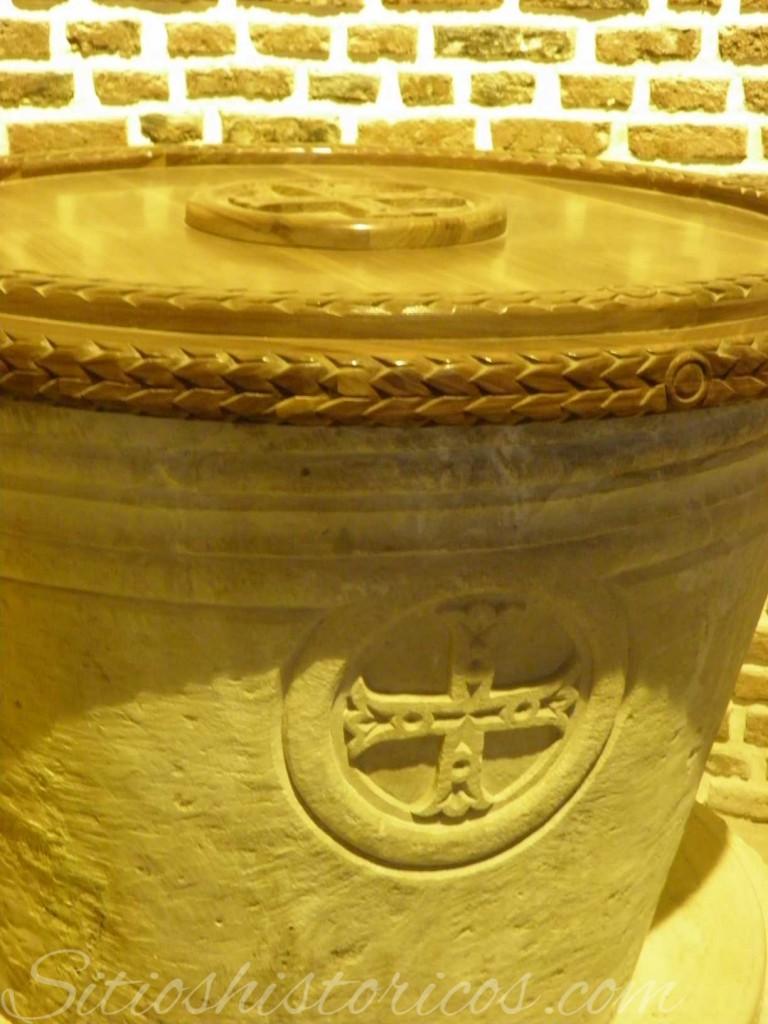 Cruz en la pila batismal de la iglesia de Abu Sarga.