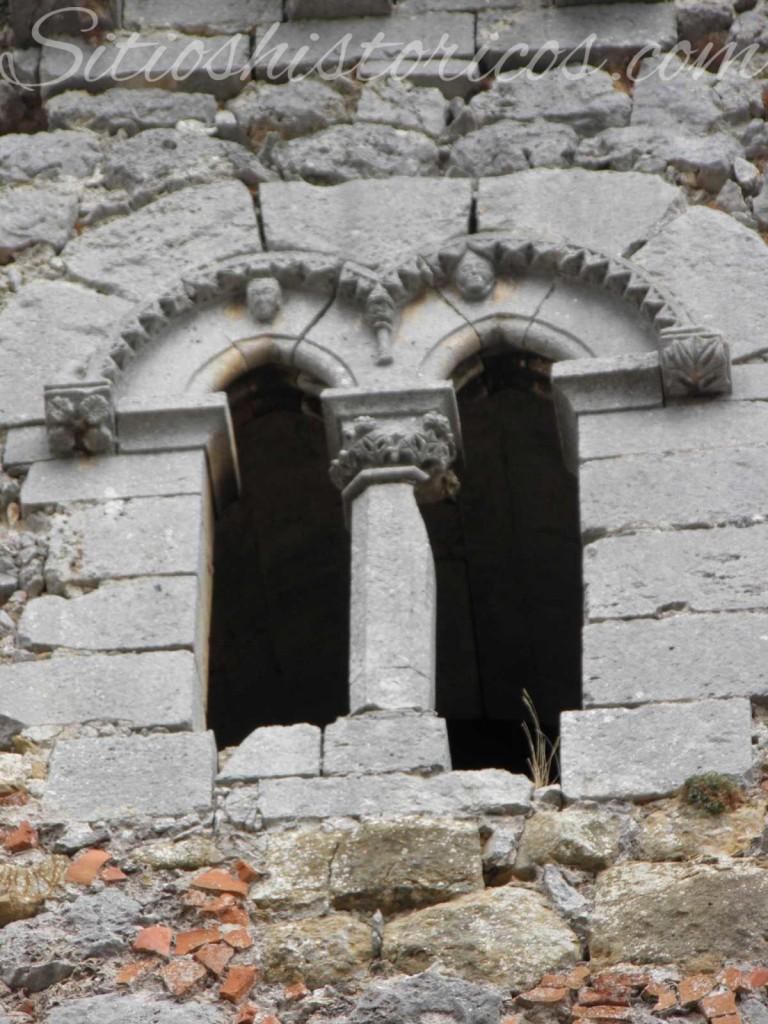 Ventanal en la cara sur de la torre del homenaje, con capitel separando las ventanas.
