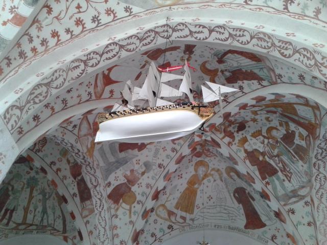 Exvoto marienro colgado del techo. Iglesia de Fanefjord