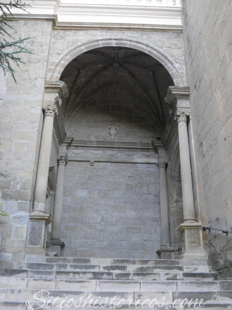 Atrio basílica virgen de la Peña Graus