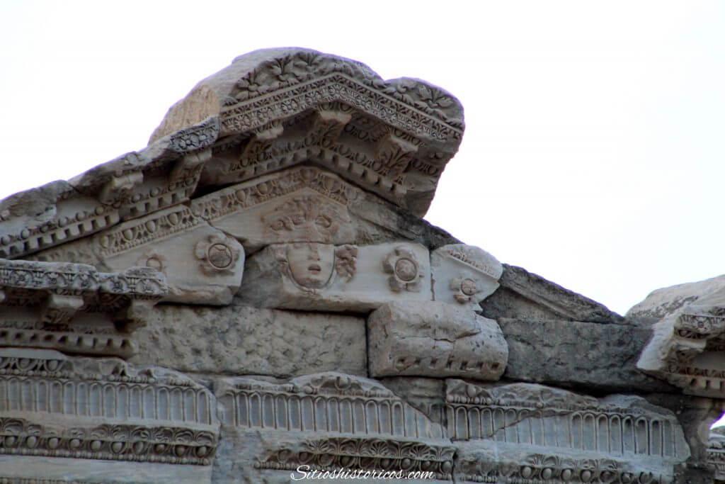 Cabeza de medusa templo romano