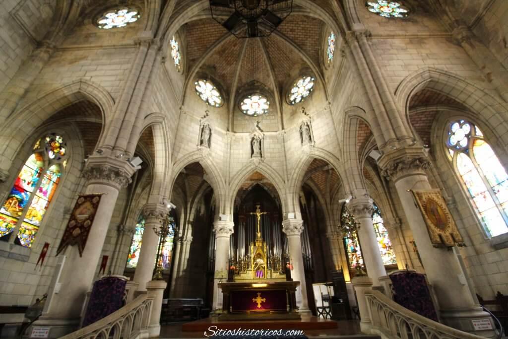 Interior iglesia Santa Eugenia Biarritz