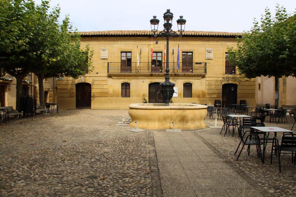 Plaza Mayor Cuzcurrita de Río Tirón.